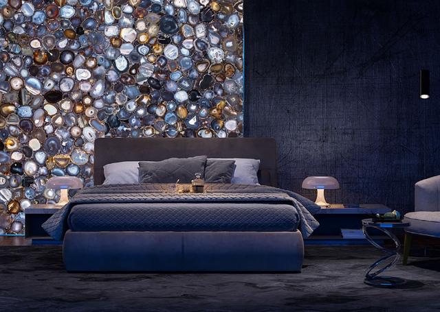 Phòng ngủ tuyệt đẹp nhờ vào bức tường được làm từ đá mã não.