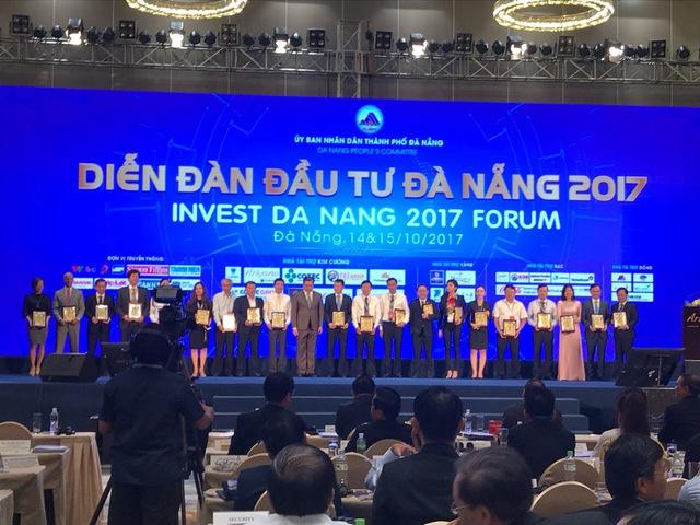 Đại diện công ty cà phê Mê Trang nhận Kỷ niệm chương nhà tài trợ (thứ 5 từ phải qua).