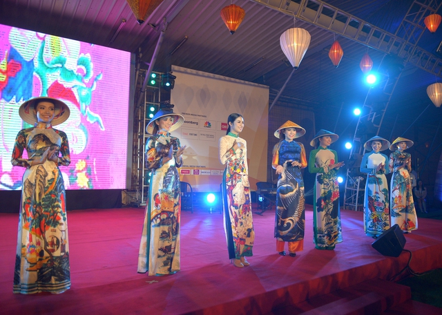 Hoa hậu Ngọc Hân trình diễn thời trang chủ đề Bức hoạ đồng quê và thời trang áo dài.