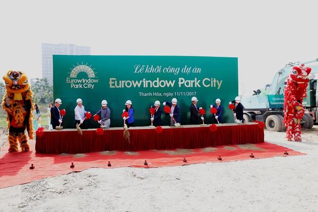 Đại diện lãnh đạo tỉnh, TP Thanh Hóa, CĐT và nhà thầu thực hiện nghi thức khởi công dự án.