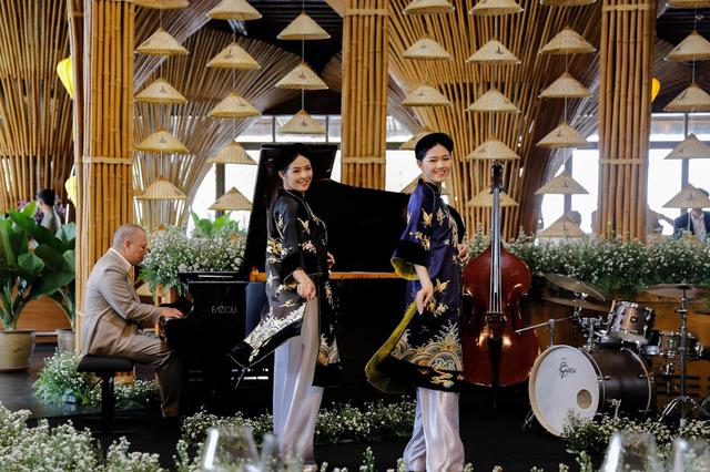 Các phu nhân còn được chiêm ngưỡng bộ sưu tập áo dài của nhà thiết kế Minh Hạnh. Đây là điểm đặc sắc nhất trong buổi chiêu đãi mà Naman Retreat dành tặng các phu nhân. Trong không gian thân thiện, gần gũi của Naman Retreat, cùng với âm nhạc truyền thống, niềm tự hào của trang phục Việt được thể hiện sống động qua nhiều phong cách từ áo dài xưa, áo dài cận đại, áo dài thổ cẩm đến áo dài hiện đại.
