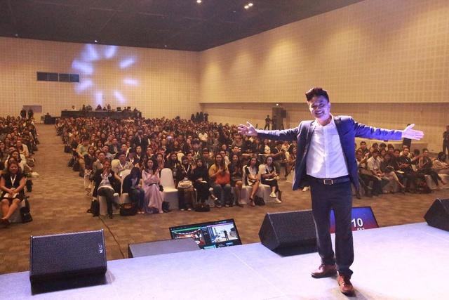 CEO Đinh Văn Lộc cùng các học viên của mình trong một buổi chia sẻ về internet marketing.