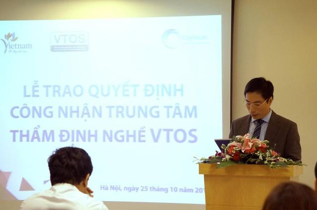 Ông Trần Phú Cường – Phó Vụ trưởng Vụ Hợp tác quốc tế, Đại diện Tổng cục du lịch Việt Nam lên đọc quyết định công nhận CitySmart Hotel Management trở thành Trung tâm thẩm định nghề du lịch Việt Nam.