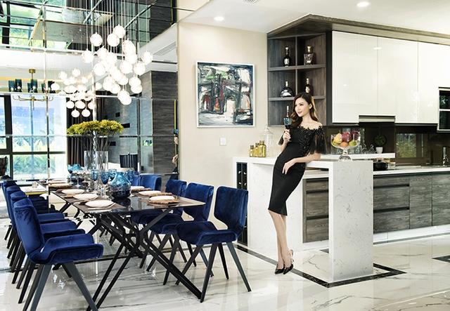 Hoa hậu Ngọc Duyên bày tỏ lời khen cho không gian ấm áp nhưng không kém phần tinh tế của căn hộ mẫu Sunshine City.