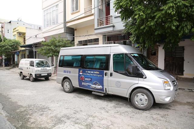 Đoàn xe trao giải thưởng đến tận nhà anh Nguyễn Trung Kiên (TP. Phủ Lý, Hà Nam).