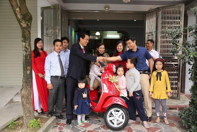Niềm hạnh phúc của gia đình anh Kiên khi bất ngờ nhận giải thưởng đầu tiên của chương trình.