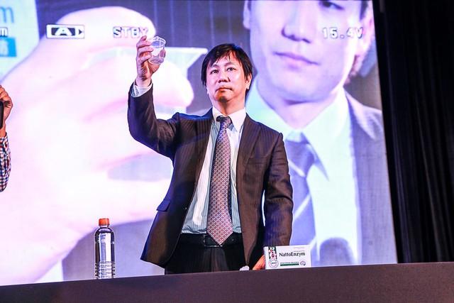 Mr. Shinsaku Takaoka, Phó chủ Tịch Hiệp Hội Nattokinase, Giám đốc quản lý thị trường xuất nhập khẩu quốc tế Cty JBSL Nhật Bản - làm thực nghiệm sản phẩm NattoEnzym với nguồn nguyên liệu Nattokinase giúp làm tan sợi tơ huyết nhân tạo.
