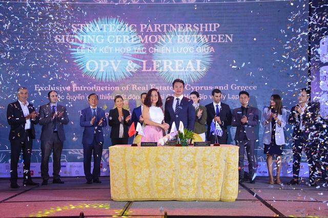 Bà Gấm Hà và ông Lê Đăng Khoa cùng các chuyên gia trong và ngoài nước tại sự kiện Diễn đàn BĐS châu Âu.