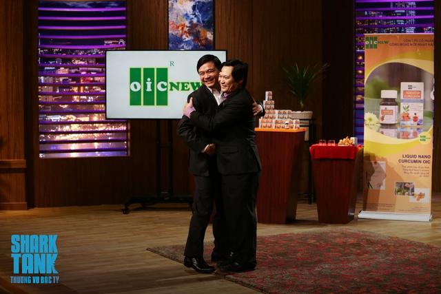 Shark Phú và Lưu Hải Minh dành cho nhau một cái ôm sau khi hợp tác thành công.