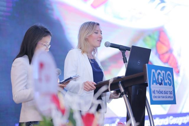Bà Laurie Campbell Miller – Giám đốc đào tạo cấp cao Apollo English khu vực phía bắc giới thiệu AGLS đến báo giới và khách mời.