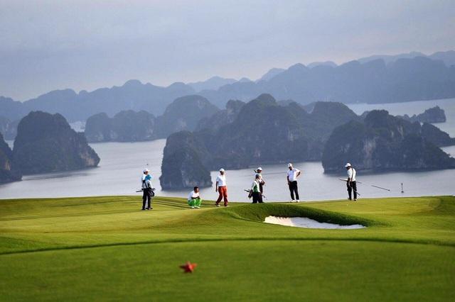 Từ sân golf có thể nhìn toàn cảnh vịnh Hạ Long.