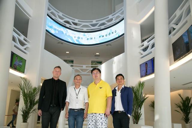 Ông Liu Zhen (áo vàng) - Chủ tịch Tập Đoàn GMM trong buổi làm việc với công ty Truyền thông Đất Việt.