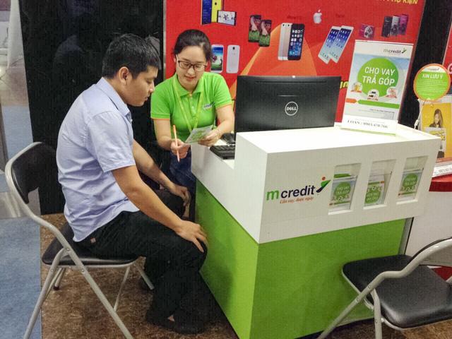 Nhân viên Mcredit tư vấn cho khách hàng.