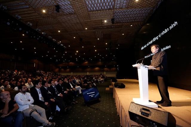 """Màn diễn thuyết truyền cảm hứng của KTS Shigeru Ban tại sự kiện """"Kiến trúc và Hoạt động vị nhân sinh""""."""