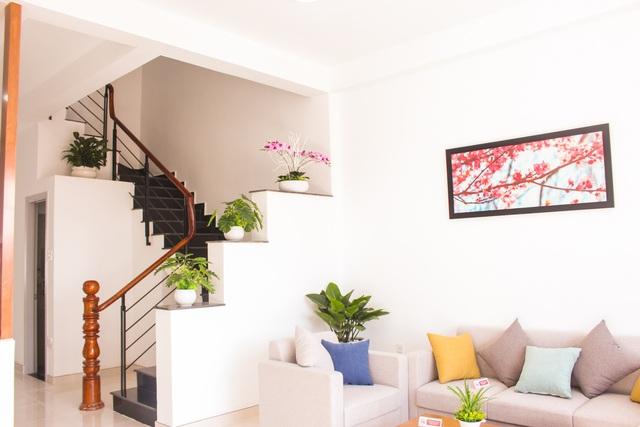 Nhà phố Viva Houses có đầy đủ công năng phục vụ cho cuộc sống với phòng khách sang trọng, phòng bếp tiện nghi, 2 phòng ngủ lớn, sân để xe hơi và sân vườn xanh mát…
