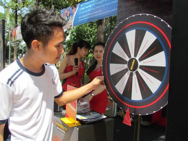 Nhiều bạn sinh viên tỏ ra rất hào hứng với những thông tin sản phẩm và các trò chơi của sự kiện.