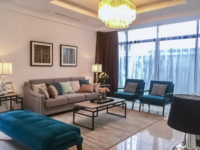 Nội thất phòng khách với tông màu chủ đạo trắng và xanh đặc trưng.