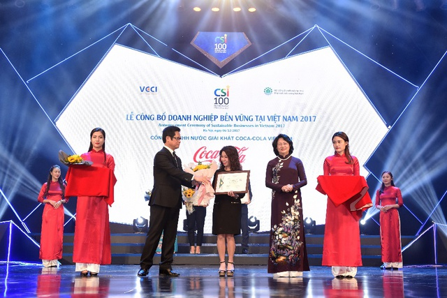 Phó Chủ tịch nước Đặng Thị Ngọc Thịnh và TS. Vũ Tiến Lộc trao chứng nhận doanh nghiệp bền vững cho đại diện Coca-Cola Việt Nam.