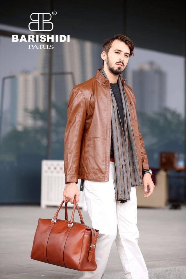 Đàn ông khi mặc áo da sẽ có cảm giác tự tin, còn người đối diện sẽ dễ dàng cảm nhận được sự nam tính, mạnh mẽ và khí chất của người mặc.