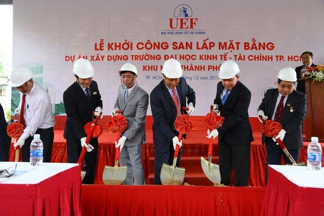 Lãnh đạo Nhà trường tiến hành nghi thức khởi công san lấp mặt bằng dự án.
