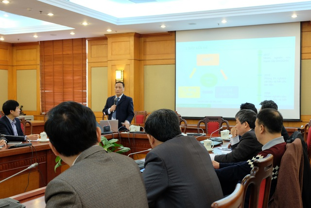 Giáo sư Nguyễn Đình Đức – Đại học Quốc gia Hà Nội trình bày tại Hội thảo.