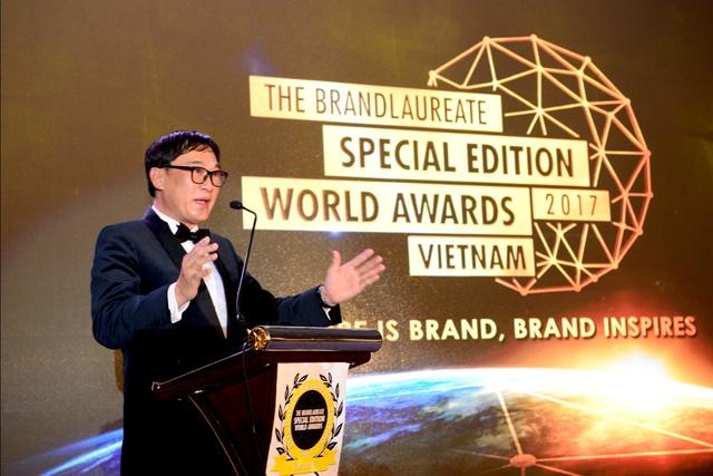 Chủ tịch The BrandLaureate - Tiến sĩ KKJohan phát biểu tại Đêm trao giải.