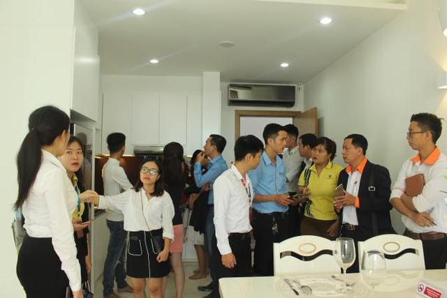 Khách hàng tham quan căn hộ mẫu dự án High Intela ứng dụng công nghệ 4.0 với những tính năng hiện đại.