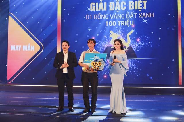 Khách hàng giao dịch thành công nhận được giải thưởng giá trị từ công ty.