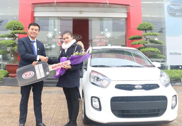 Khách hàng Phạm Thị Dương nhận giải nhất xe ô tô Kia Morning.