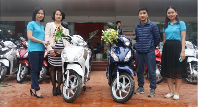 Khách hàng Nguyễn Đức Tựa và Hà Thị Mai Ngọc nhận giải nhì là xe máy Honda Vision.