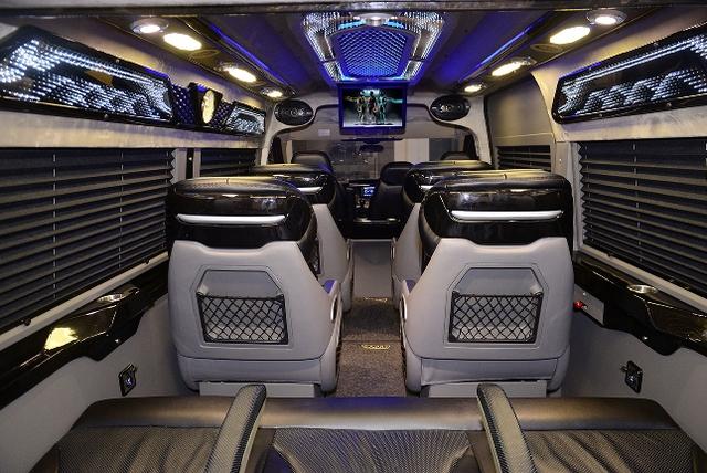 Dàn limousine đẳng cấp doanh nhân đồng hành cùng U23 - Ảnh 2.