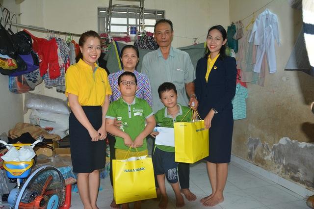 Nam A Bank viết tiếp ước mơ cho con đến trường của vợ chồng bán vé số - Ảnh 1.