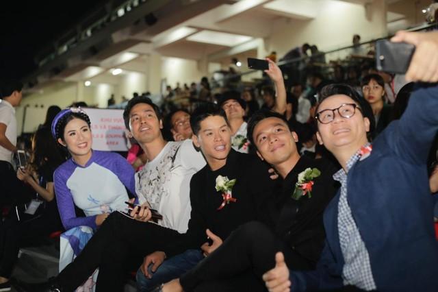 Nhiều nghệ sỹ nổi tiếng đến Hội An thưởng thức show diễn thực cảnh lớn nhất Việt Nam - Ảnh 1.