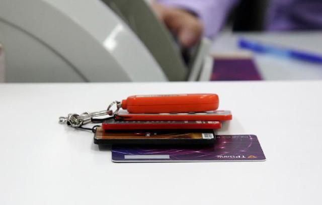 Khách hàng TPBank ngỡ ngàng vì thiết bị nhận mã bảo mật OTP mỏng nhất thế giới - Ảnh 2.