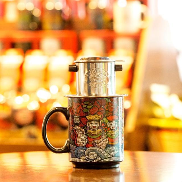 Có một thế hệ đang lưu giữ nét đẹp việt qua từng ly cà phê pha Phin - Ảnh 1.