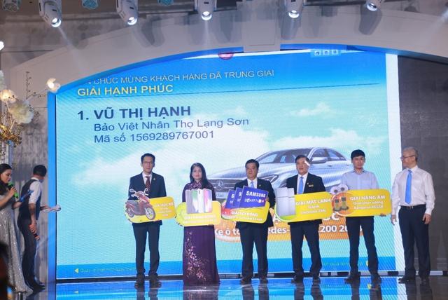 Khách hàng trúng thưởng xe Mercedes-Benz C200 trong chương trình tri ân của tập đoàn Bảo Việt - Ảnh 1.