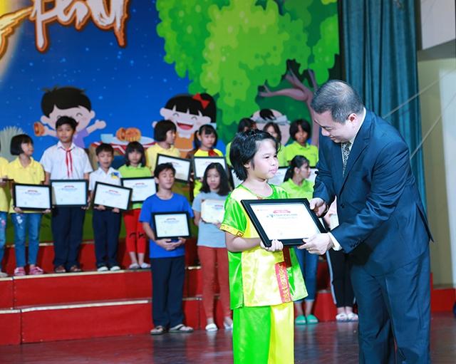 Vietbank trao học bổng cho trẻ em mái ấm TPHCM trong dịp Trung thu 2018 - Ảnh 1.