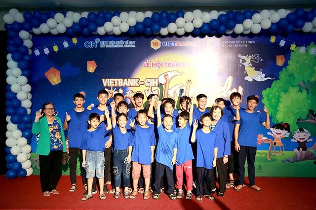 Vietbank trao học bổng cho trẻ em mái ấm TPHCM trong dịp Trung thu 2018 - Ảnh 2.