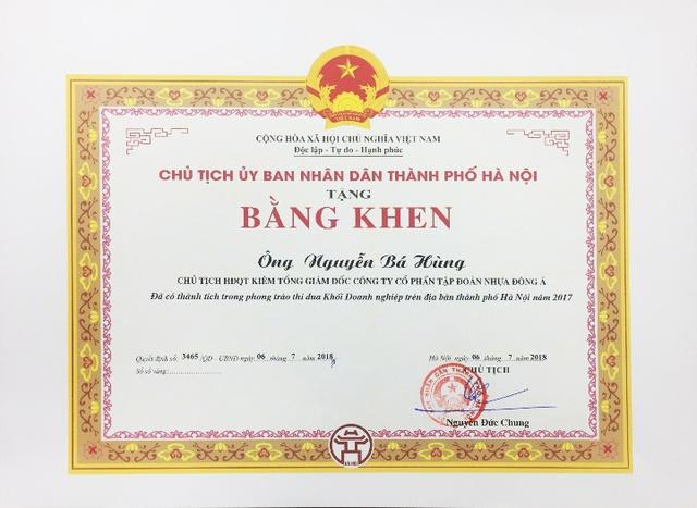Tập đoàn Nhựa Đông Á vinh dự đón nhận Cờ thi đua toàn diện của UBND Thành phố Hà Nội năm 2017 - Ảnh 1.