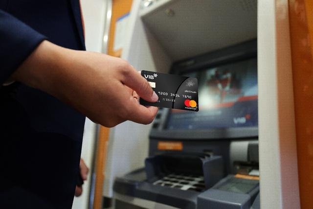 Ngân hàng chạy đua cho mục tiêu 70% người Việt có tài khoản - Ảnh 2.