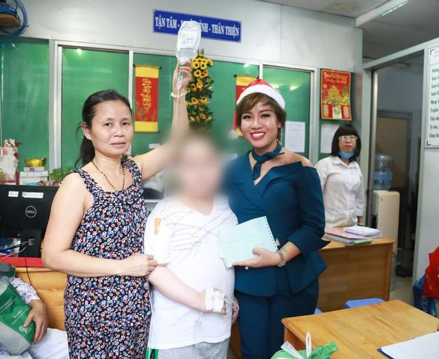 Giáng sinh đến sớm với các bệnh nhi tại Bệnh viện Ung Bướu TP HCM - Ảnh 1.