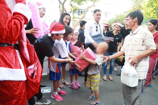 Giáng sinh đến sớm với các bệnh nhi tại Bệnh viện Ung Bướu TP HCM - Ảnh 2.