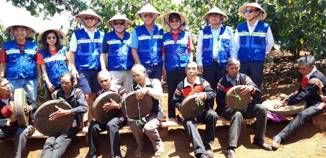 Golf thủ huyền thoại Greg Norman thăm vùng cà phê huyền thoại CADA tỉnh Đắk Lắk - Ảnh 2.