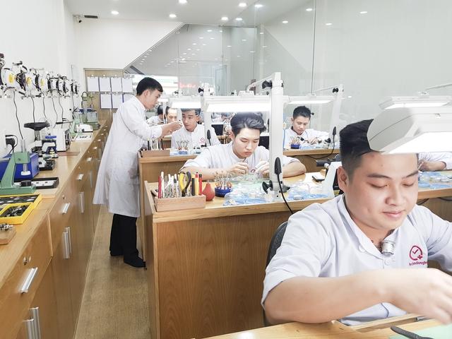 Từ người đánh giày tới hệ thống Bệnh viện cho đồng hồ đeo tay đầu tiên tại Việt Nam - Ảnh 2.