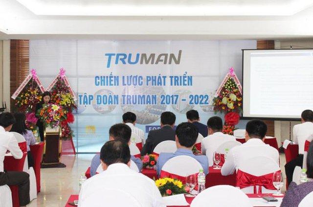 Các lãnh đạo của các công ty thành viên cùng thảo luận tại cuộc họp.