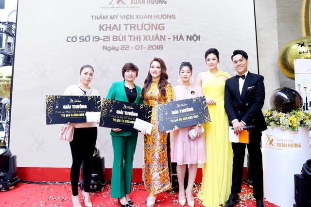 Á hậu Tú Anh, siêu mẫu Thúy Hằng, Xuân Lan chúc mừng Hoa hậu