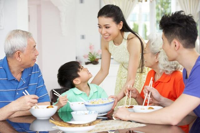 Tết đến rồi, phụ nữ đừng cặm cụi trong bếp, hãy ngồi bên bàn trà… - Ảnh 2.