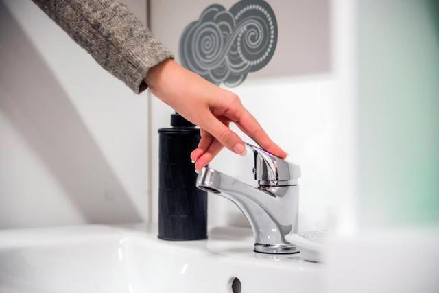 Dạy con cách tiết kiệm nước thông minh - Ảnh 1.