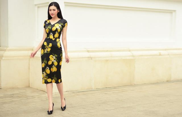 Á hậu Dương Tú Anh thanh lịch và quyến rũ trong BST mùa hè của NTK Helene Hoài - Ảnh 11.