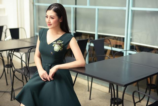 Á hậu Dương Tú Anh thanh lịch và quyến rũ trong BST mùa hè của NTK Helene Hoài - Ảnh 13.
